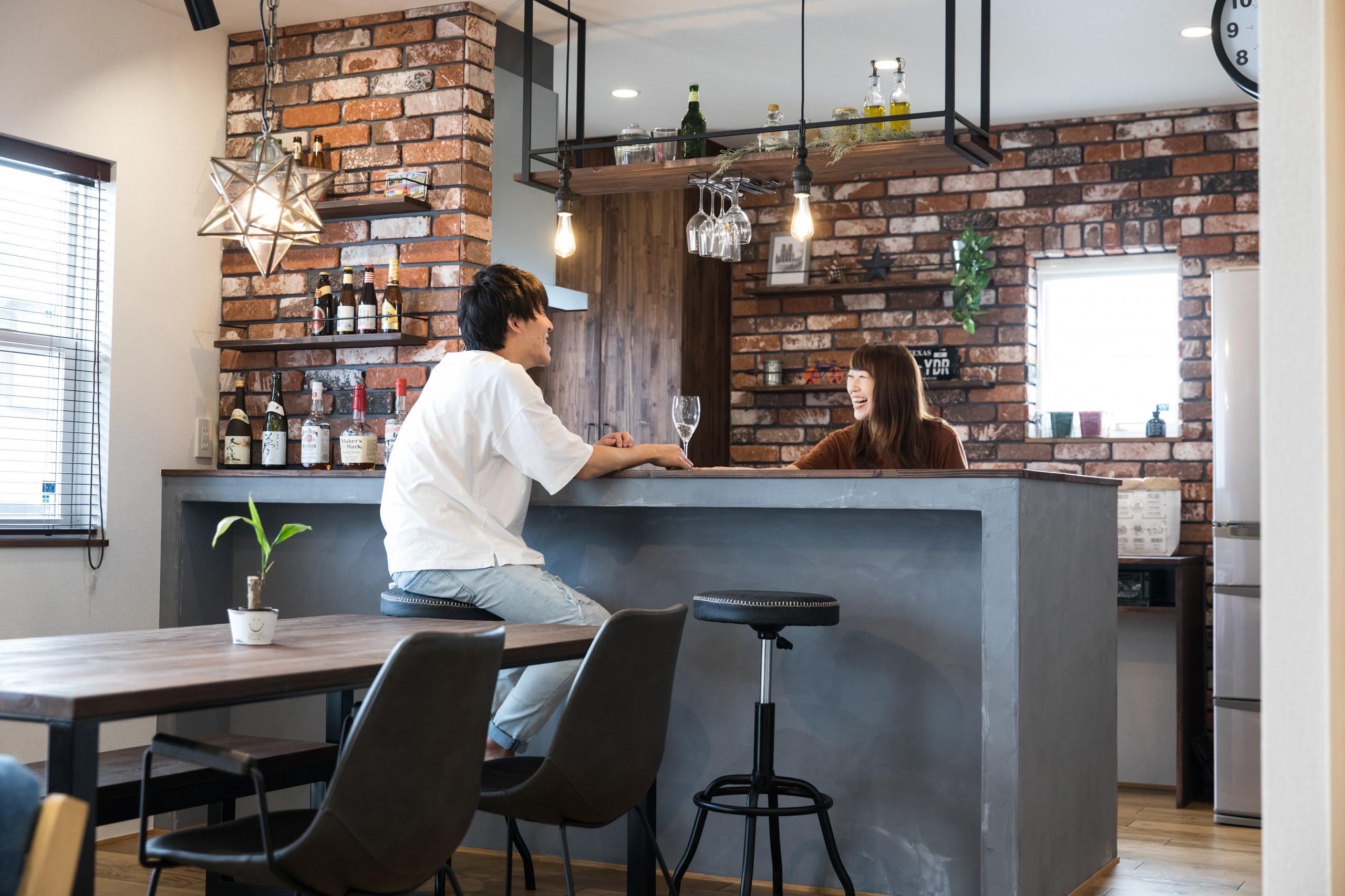 小幡建設【デザイン住宅、収納力、省エネ】落ち着いたトーンでまとめたキッチンはカウンターにも早変わり。夜は夫妻でお酒を楽しむことも