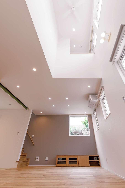 明るい家を希望した奥さまもお気に入りの吹き抜け。高気密・高断熱のおかげで、この大空間も快適。2階部分の書斎は、吹き抜けのおかげで面積以上の開放感が