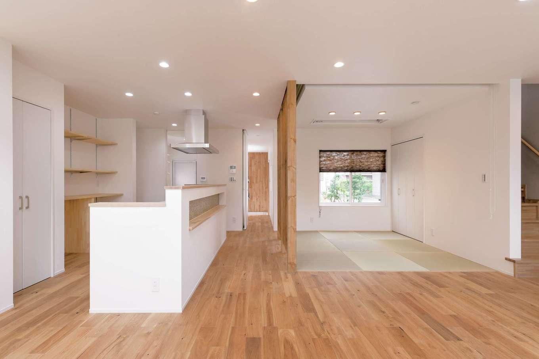 空間をゆったり使えるように、畳コーナーには建具を付けず、必要に応じてロールスクリーンで仕切る