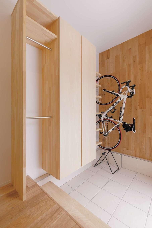 ロードバイクはインテリアのように収納。シューズクローゼットにはハンガーポールも。扉を付けず開け閉めのひと手間をなくし、上着の収納もさっとできる