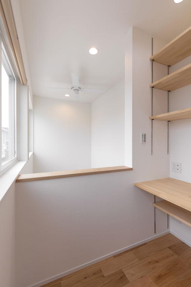 家で仕事をすることもあるというTさん夫妻。書斎スペースは、吹き抜けの上部に。一畳という限られたスペースながら、開放感があるのでお気に入りの空間に