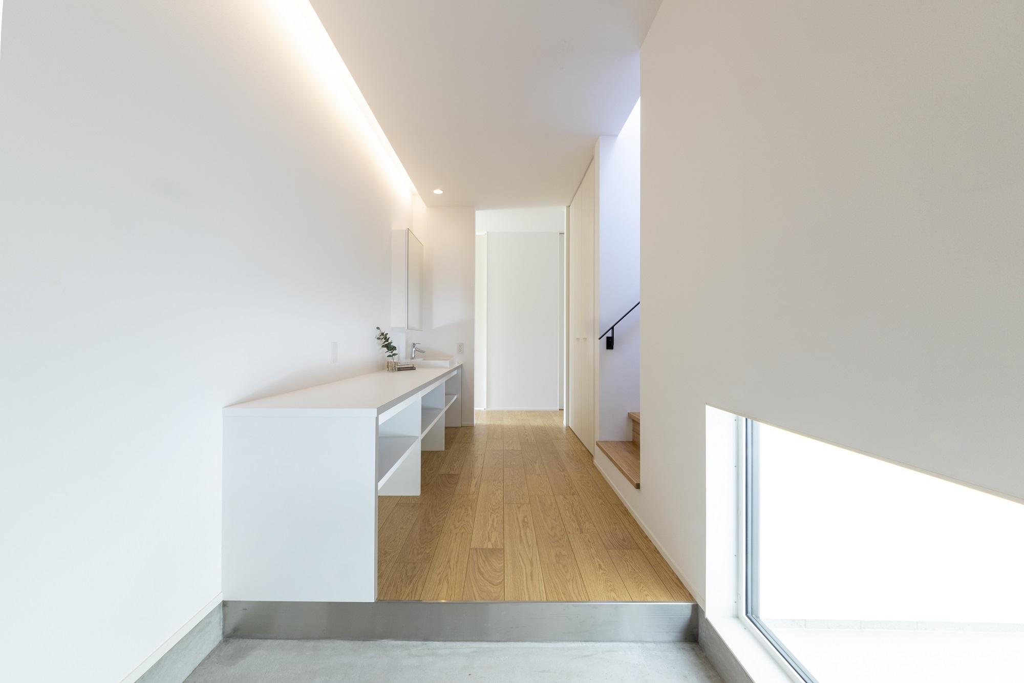 スタイルカーサ【デザイン住宅、趣味、屋上バルコニー】玄関を入るとホテルライクでシンプルな洗面。洗面でありながらも自慢できるデザインに。見せる収納にしながらもミラー内部の収納で隠したいものは隠せるように。どこを切り取っても遊びゴコロのある充実した空間になっている