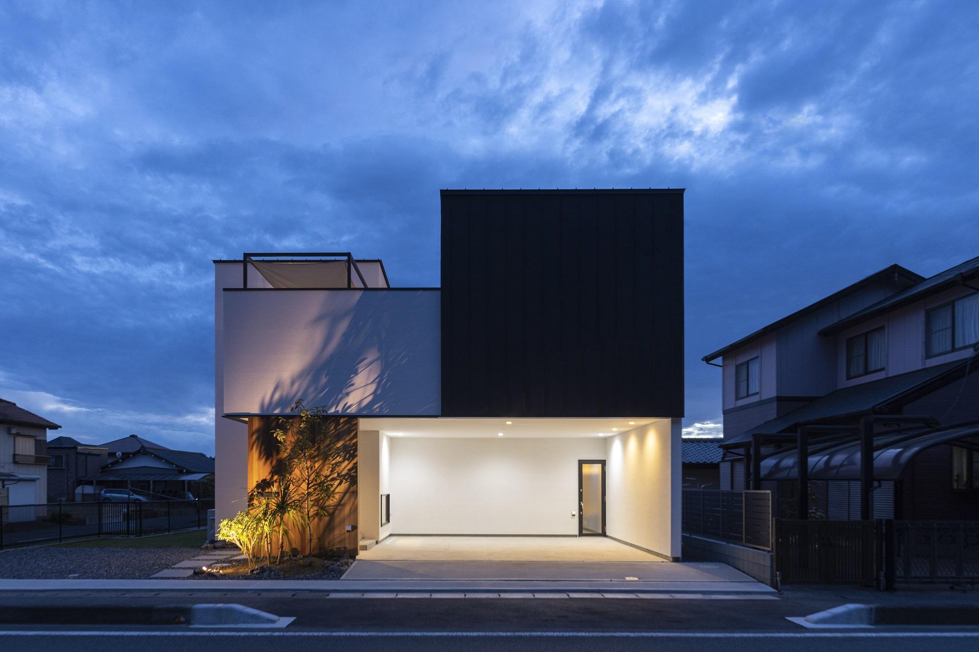 スタイルカーサ【デザイン住宅、趣味、屋上バルコニー】レッドシダーとガルバリウムの外壁がアクセントに。奥行と立体感が感じられるskygarageの外観。外の照明と外構にもこだわった