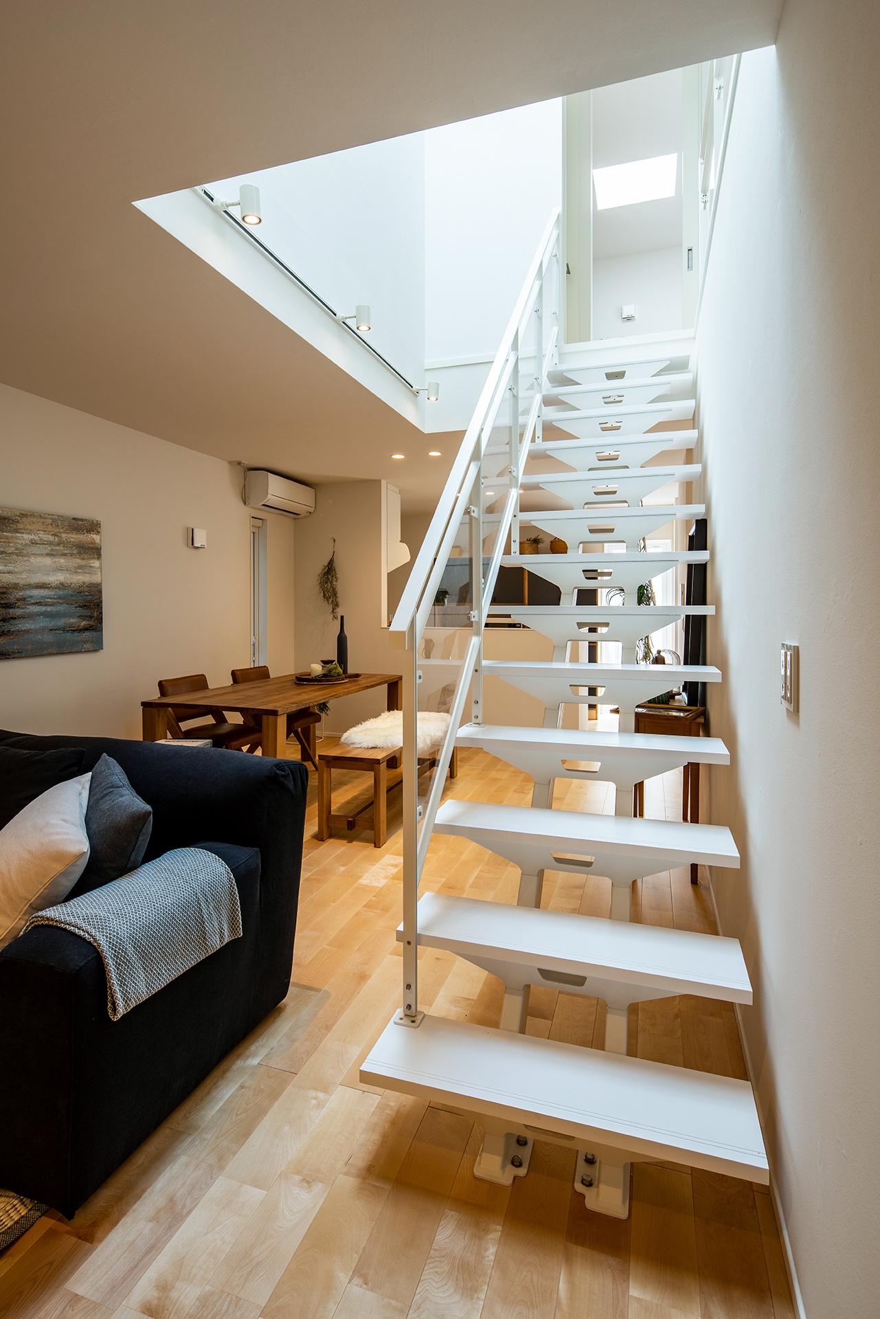 スタイルカーサ【デザイン住宅、間取り、インテリア】スケルトンのリビング階段を採用したことで目線が抜け、圧迫感がない。お子さんはここに座ってリビングでくつろぐパパとお話しするのが大好き