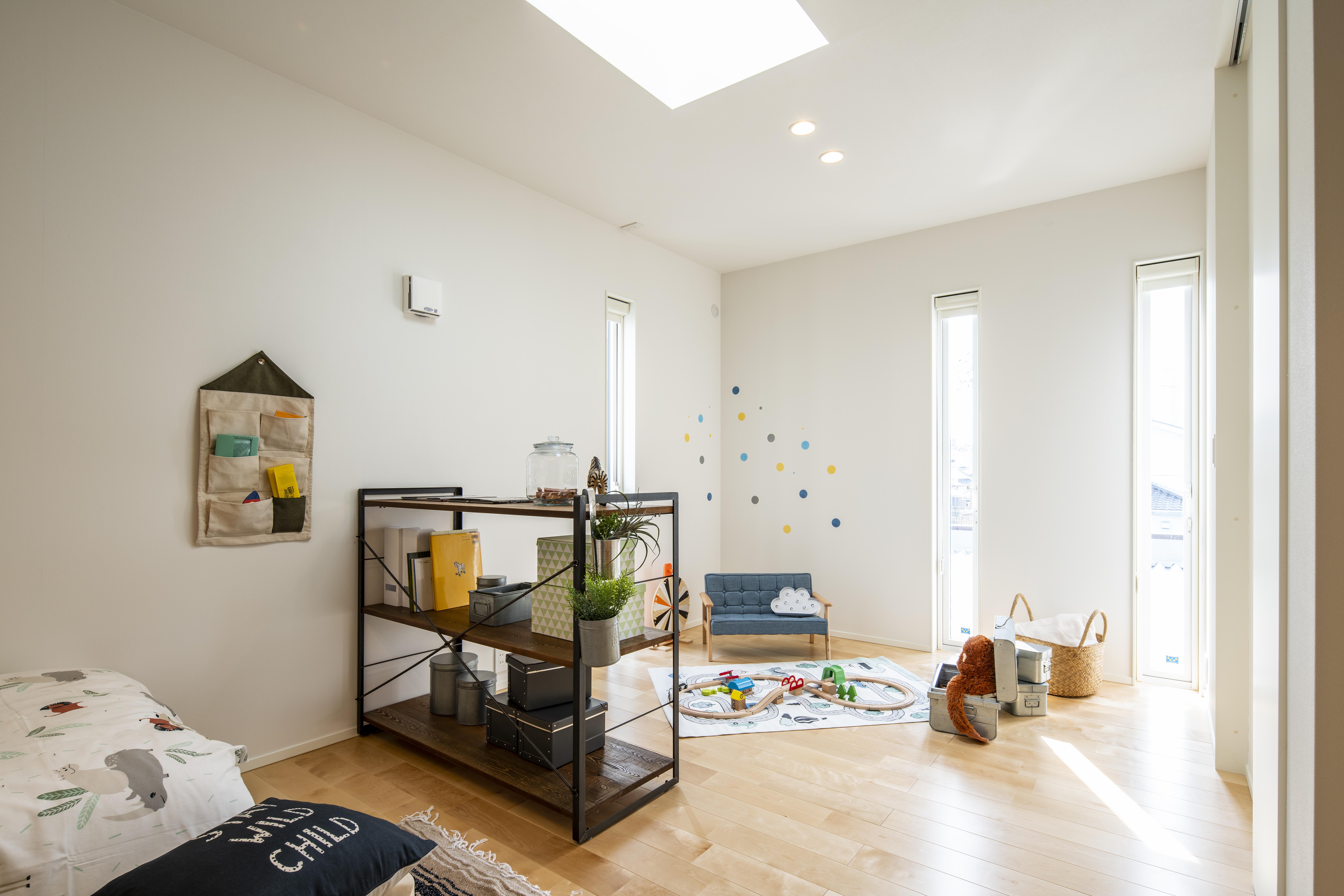 スタイルカーサ【デザイン住宅、間取り、インテリア】トップライトがある子ども部屋。しばらくは広いワンルームとして使い、将来間取りを変更予定。大きなキャンバスのような白い壁が子どもの好奇心と創造力を育む