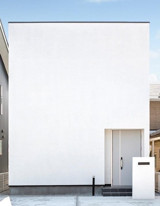 スタイルカーサ【デザイン住宅、間取り、インテリア】無駄を削ぎ落とし、強さと美しさを両立した外観。窓が少ない総2階建ては耐震性が高まり、地震に強い。シンプルな四角いデザインで、トップライトから十分な光を取り込めるので、住宅密集地や狭小地に建てても快適に暮らすことができる