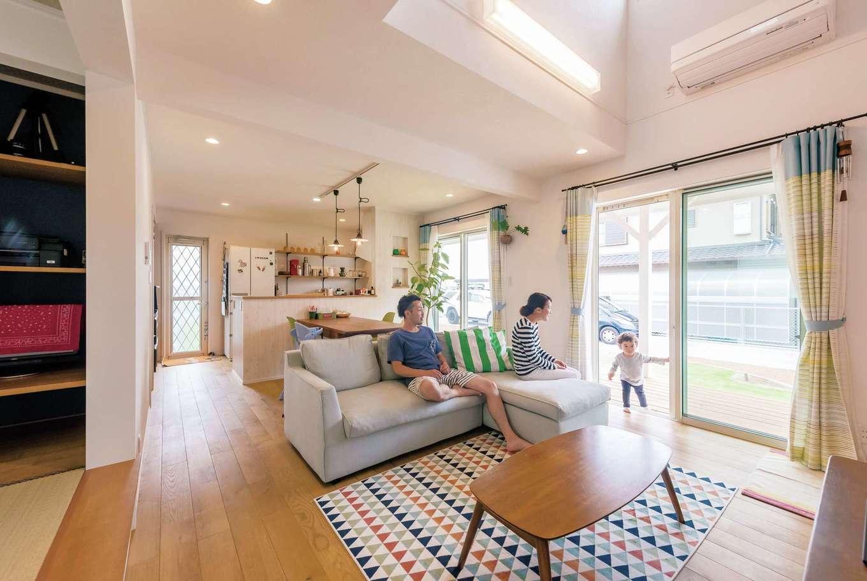静鉄ホームズ【デザイン住宅、子育て、趣味】吹き抜けを採用した明るいLDKとリビングから続く大きなウッドデッキで開放感抜群