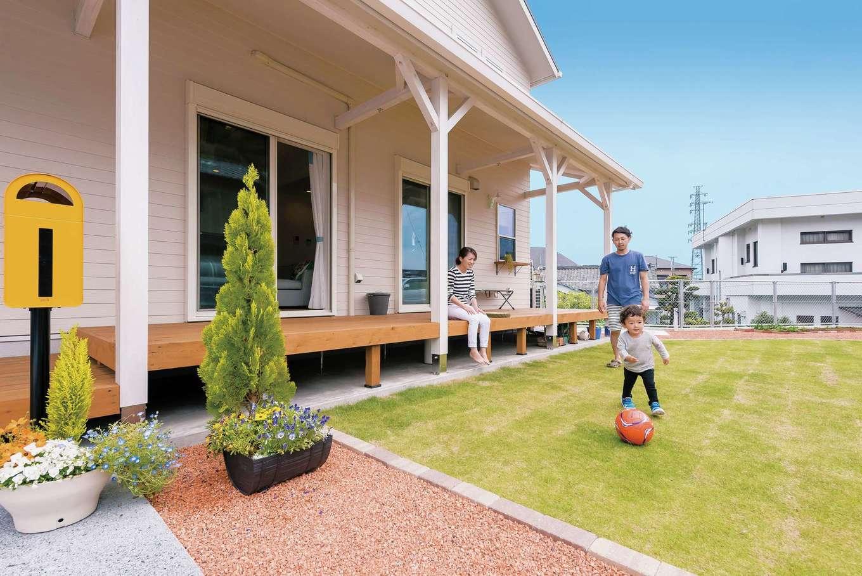 静鉄ホームズ【デザイン住宅、子育て、趣味】前庭に面したウッドデッキ。軒が深く、多少の雨や夏の強い陽射しもカット。子どもものびのびと遊べる
