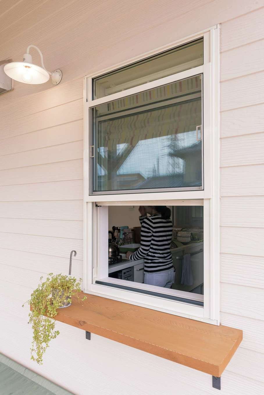 静鉄ホームズ【デザイン住宅、子育て、趣味】キッチンの窓の下には奥さまの希望で取り付けられたカウンターが。バーベキューの時に食材をデッキ側に渡すのに大活躍