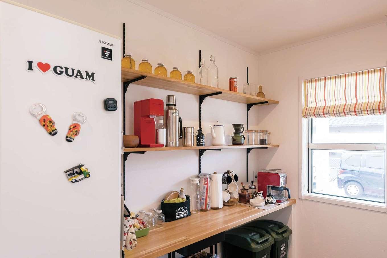 静鉄ホームズ【デザイン住宅、子育て、趣味】キッチン背面の棚は見せる収納に。コーヒー豆やミル、コーヒーメーカーを並べた、お気に入りのコーナー