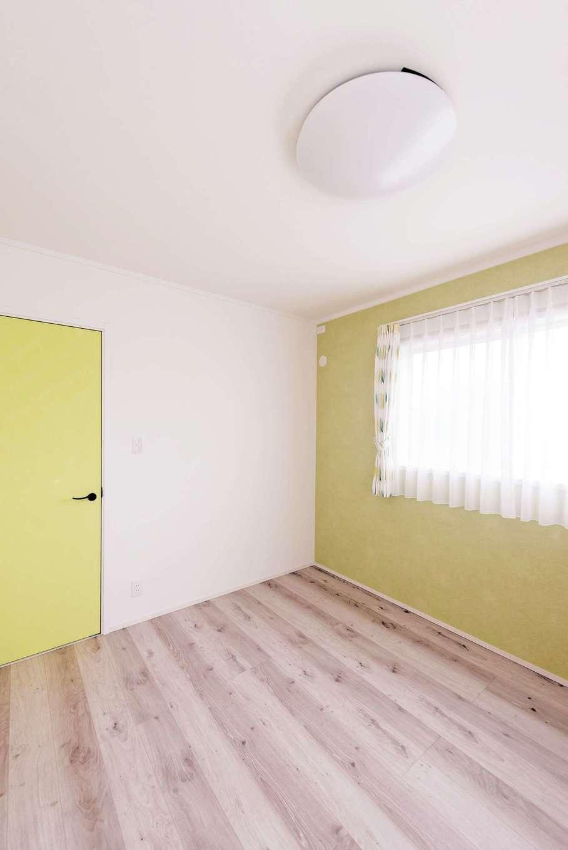 静鉄ホームズ【デザイン住宅、子育て、趣味】子ども部屋は一面のクロスとドアの色をコーディネート
