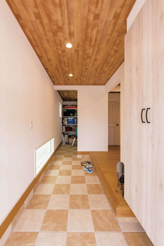 静鉄ホームズ【デザイン住宅、子育て、趣味】大きな土間収納にはキャンプ用品が。玄関も広いので出し入れが楽