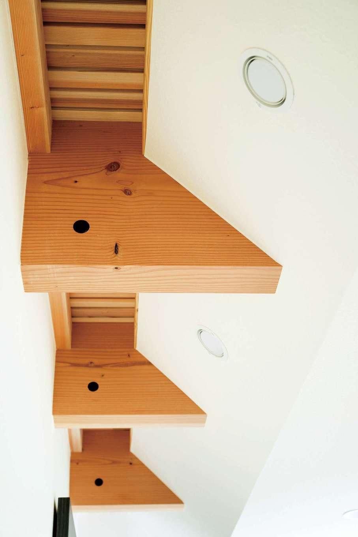 低燃費住宅 静岡(TK武田建築)【子育て、自然素材、省エネ】吹き抜けの格子部分。通気だけでなく間接照明の役割も果たす