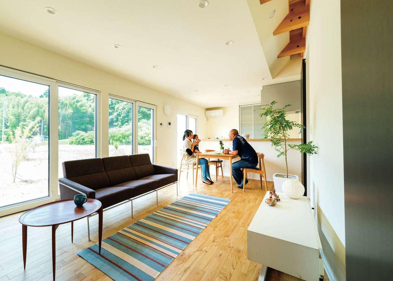 南向きの広いリビングは、栗の無垢床と漆喰壁に囲まれた清々しい空間。壁側の格子になった吹き抜けが、エアコンの冷気・暖気を運んでくれる