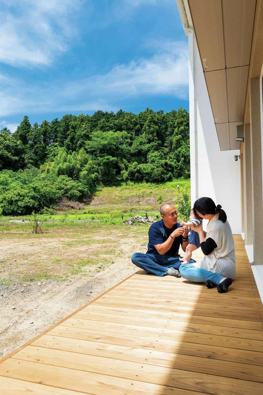 低燃費住宅 静岡(TK武田建築)【子育て、自然素材、省エネ】BBQをしたいからとSさんが絶対欲しかったウッドデッキ。庇が夏の強い日射から家と人を守ってくれる