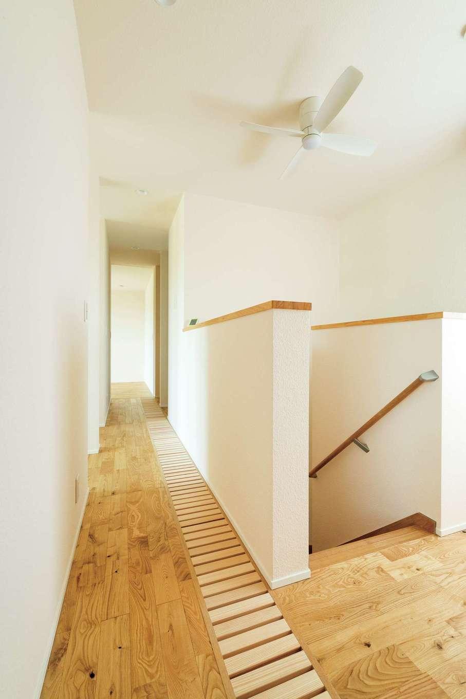 低燃費住宅 静岡(TK武田建築)【子育て、自然素材、省エネ】吹き抜けの格子が2階では廊下の一部に