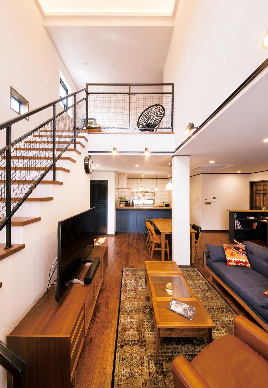 トーモク【デザイン住宅、収納力、インテリア】ダイナミックな吹抜けのLDK。木、アイアン、タイルといった異素材の組み合わせが絶妙