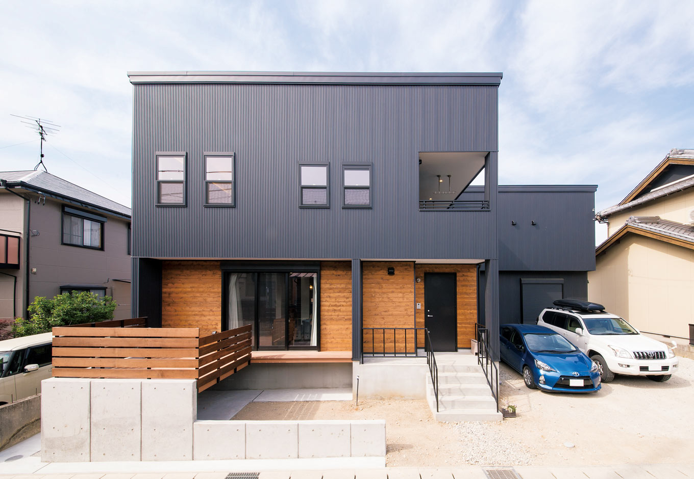 トーモク【デザイン住宅、収納力、インテリア】ブラックのガルバリウムと窓枠に杉板がアクセントの外観。手すり付き階段のあるポーチもカッコイイ
