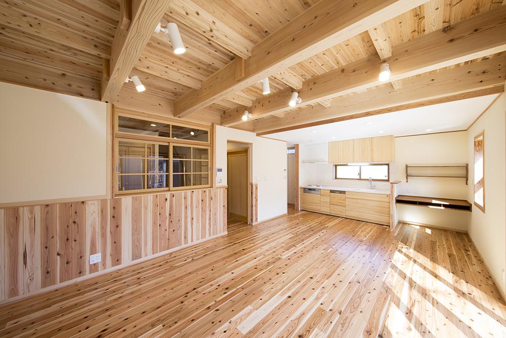 トーモク【子育て、収納力、自然素材】杉の床、天井、腰壁、壁は珪藻土で家中に綺麗な空気が流れる。アレルギーぎみのお子さんも安心して暮らせる家だ