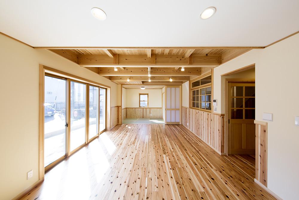 トーモク【子育て、収納力、自然素材】LDKは光が差し込む明るい空間設計に。無垢の床、床暖房も相まって暖かさも抜群