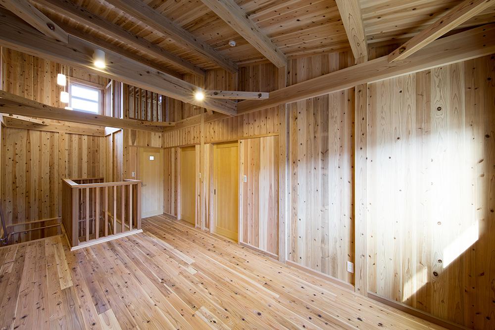 トーモク【子育て、収納力、自然素材】2階は床、天井だけでなく壁までオール杉の無垢材