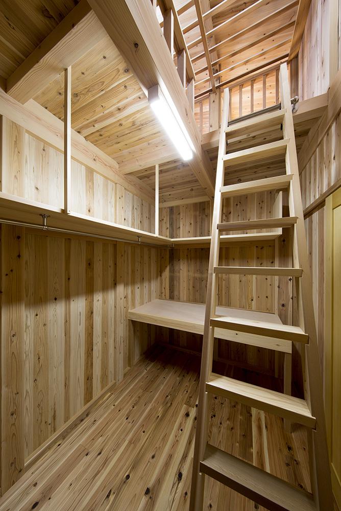 トーモク【子育て、収納力、自然素材】ロフトを設けることで収納スペースを確保。常に見えている物が少ない綺麗な空間に