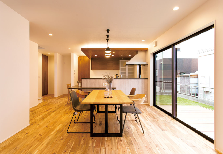 ARRCH アーチ【デザイン住宅、趣味、間取り】キッチンは下げ天井にして間接照明を用い、特別感を演出。家族一緒に調理ができるように、キッチンの手前にサービスカウンターをL字型に設置