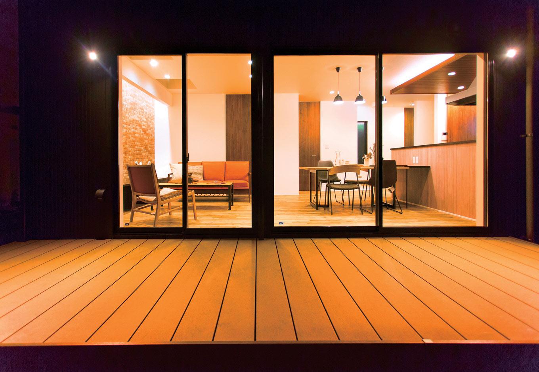 ARRCH アーチ【デザイン住宅、趣味、間取り】リビングからフラットにつながるウッドデッキは、セカンドリビングとして大活躍の予感。BBQや天体観測など、季節を感じながら豊かに暮らせる