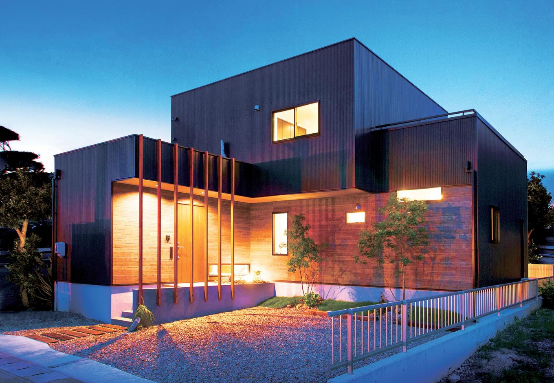 ARRCH アーチ【デザイン住宅、趣味、間取り】L字型の外観。土地が低いので基礎を通常よりも高く施工