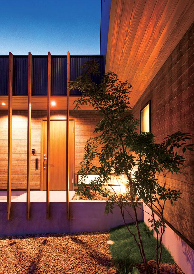 ARRCH アーチ【デザイン住宅、趣味、間取り】アプローチに取り付けたメイクアップウッドは、間隔を広げ抜け感を意識。視界を遮らず、こだわりの庭を眺めながら玄関へ進める
