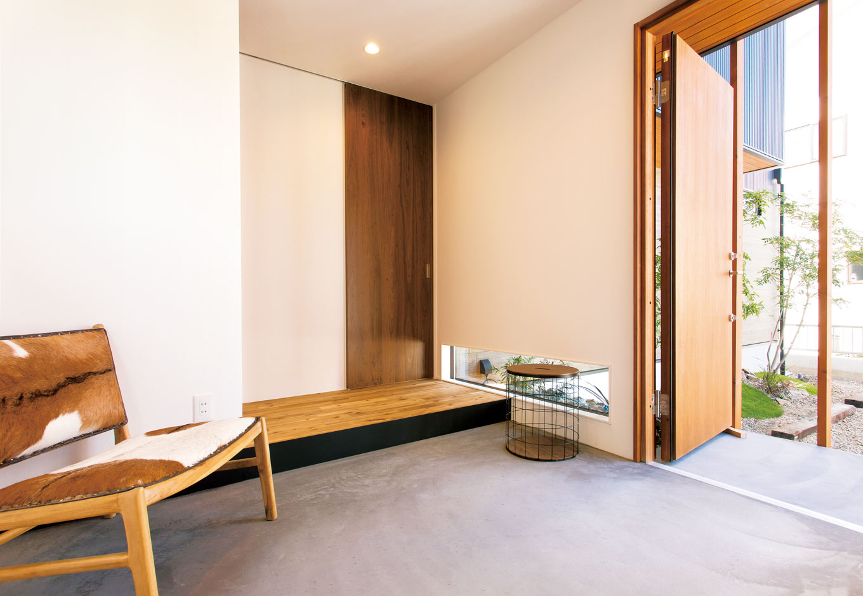 ARRCH アーチ【デザイン住宅、趣味、間取り】玄関土間は炭入りのコンクリート