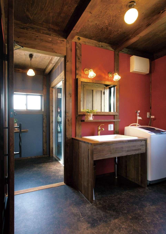サイエンスホーム【1000万円台、デザイン住宅、自然素材】赤いアクセントウォールが印象的な造作の洗面台