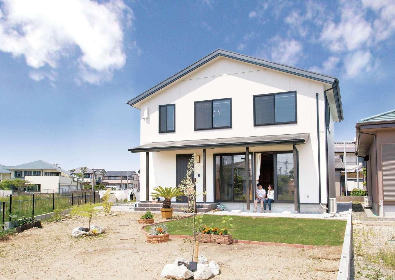 サイエンスホーム【1000万円台、デザイン住宅、自然素材】緩やかな勾配の三角屋根。外構はご夫婦がこれから時間をかけて、楽しみながら完成させていく