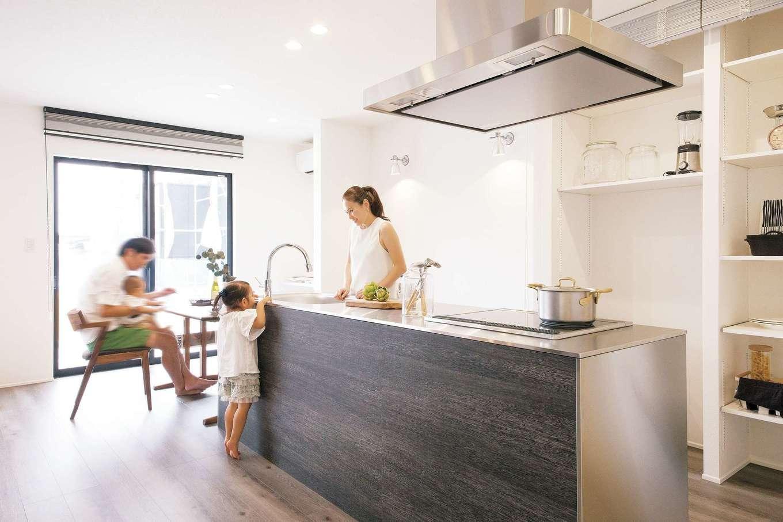 R+house 浜松中央(西遠建設)【デザイン住宅、子育て、建築家】アイランドキッチンは回遊式の動線で家事がはかどるだけでなく、子どもや愛犬の行動範囲が広がってのびのびと遊びを楽しめる