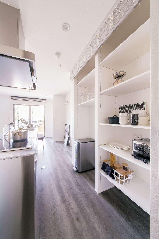 R+house 浜松中央(西遠建設)【デザイン住宅、子育て、建築家】キッチンの背面の収納棚もスタイリッシュに白で統一