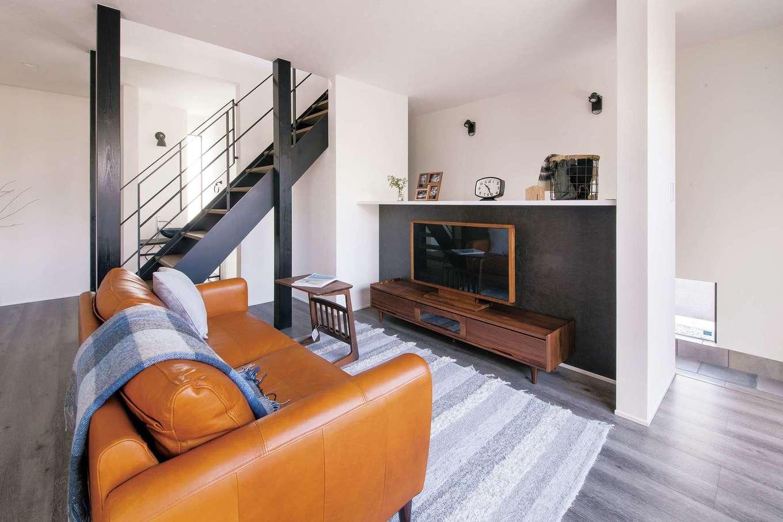 R+house 浜松中央(西遠建設)【デザイン住宅、子育て、建築家】白×黒を基調とした空間にグレーのフローリングを用い、アーバンクラシックに演出。土間や階段との仕切り壁を省いたことで、いっそう開放的に寛げる