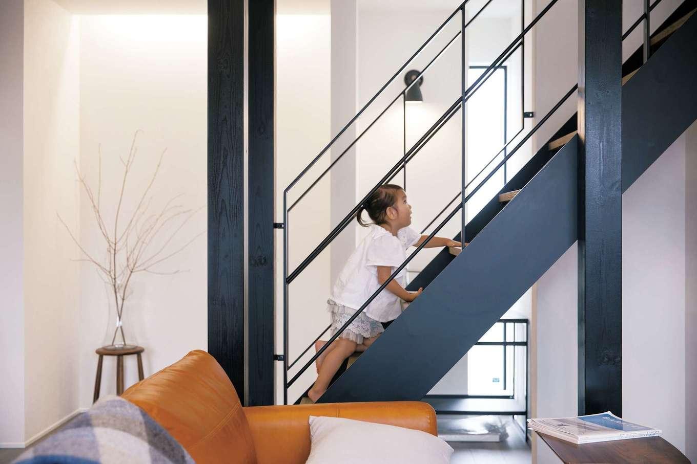 R+house 浜松中央(西遠建設)【デザイン住宅、子育て、建築家】奥さまの希望でLDKのアクセントに黒いアイアン階段を使用。開放感を意識してストリップ階段にし、壁を設けずに構造柱を黒く塗って意匠性を高めた
