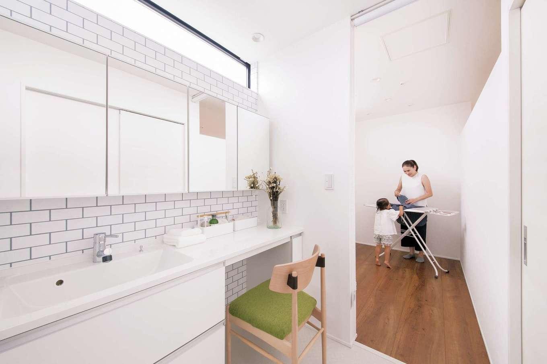 R+house 浜松中央(西遠建設)【デザイン住宅、子育て、建築家】2階の洗面・脱衣室の隣には室内干しのできる家事室があり、動線が抜群に便利