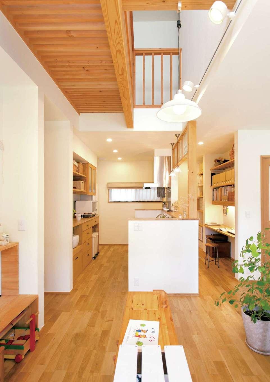 Casa(カーサ)【収納力、間取り、ガレージ】ナラ無垢材の床が心地よく、吹き抜け越しに高窓から射す光が明るいLDK。木質繊維断熱材による断熱効果で、冬もエアコン1台で2階まで暖かい