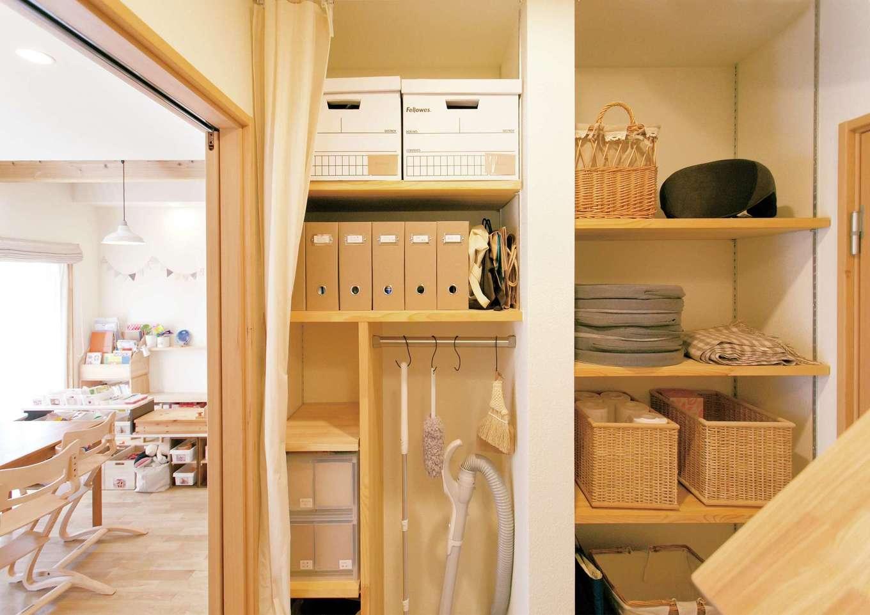 Casa(カーサ)【収納力、間取り、ガレージ】入念に設計した掃除用品専用の造作収納。掃除機やコロコロはフックにかけ、消耗品は棚へストック。収納を明確化すると、家族が自発的に掃除してくれる