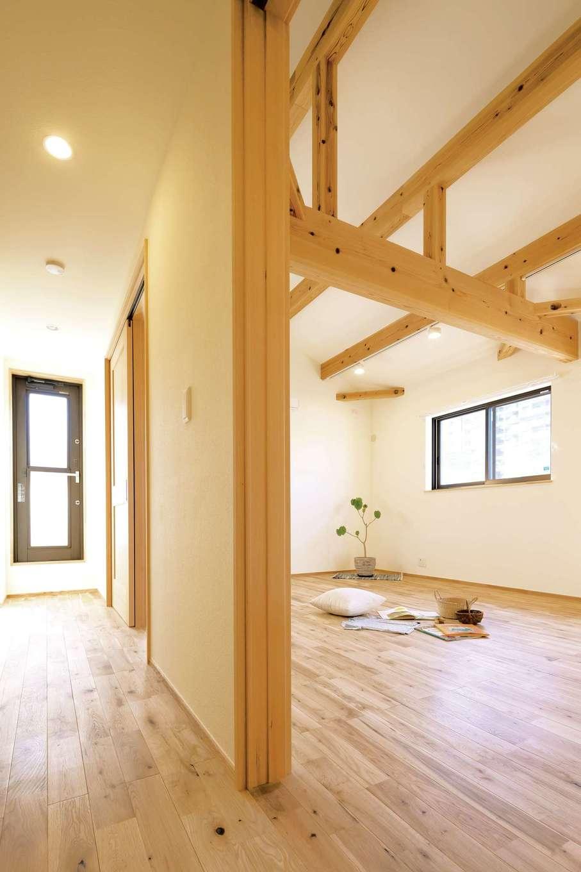 Casa(カーサ)【収納力、間取り、ガレージ】2階寝室は勾配天井の梁がダイナミック。「子どもの友達が泊まりに来ると、いつもここで大はしゃぎ」と夫妻