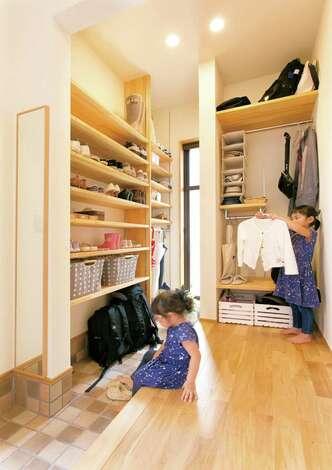 リビングに置きがちな上着、カバンなどを収納するコートクロークは、玄関に配して子どもが使いやすい高さに。土間へ降りずに靴まで手が届く、横長の上がり土間は見た目以上に便利