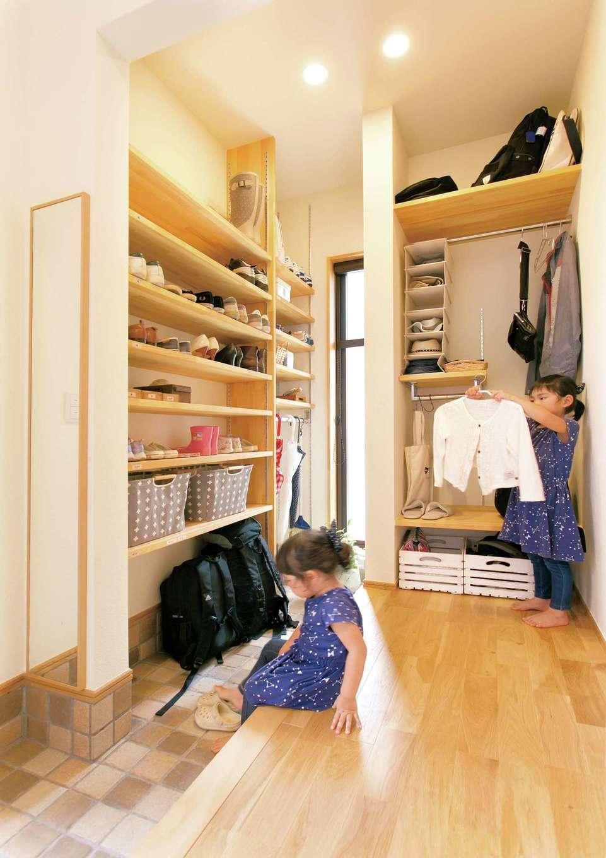 リビングに置きがちな上着、カバンなどを収納するコートクロークは、玄関