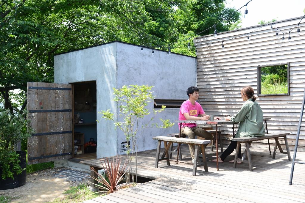 フォーバイシー【デザイン住宅、趣味、ガレージ】コンテナハウス横にはウッドデッキがあり、外でのひとときを楽しめる