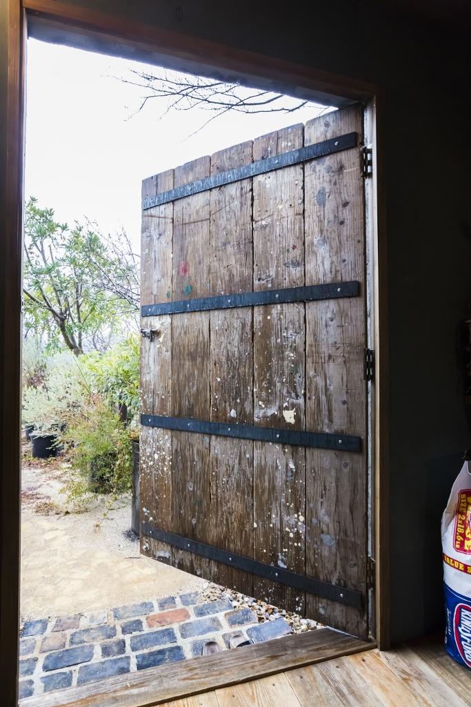 フォーバイシー【デザイン住宅、趣味、ガレージ】ご主人自らが足場板をエイジング加工して制作したこだわりのドア