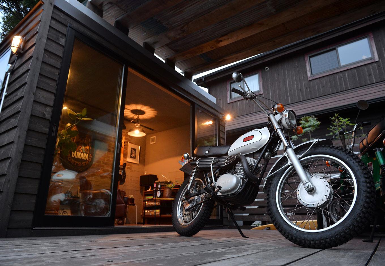 フォーバイシー【デザイン住宅、趣味、ガレージ】シンボル的な存在の1968年製のヤマハDT-1は、お父さまが新車で購入し、レストアしたもの