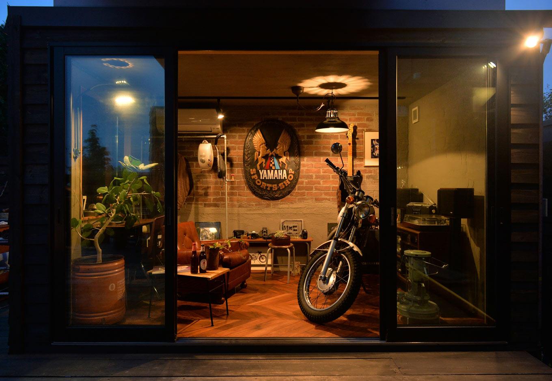 フォーバイシー【デザイン住宅、趣味、ガレージ】バイクは外に出すため、床と同じ高さにデッキを設置してバイクの出し入れを容易にしている