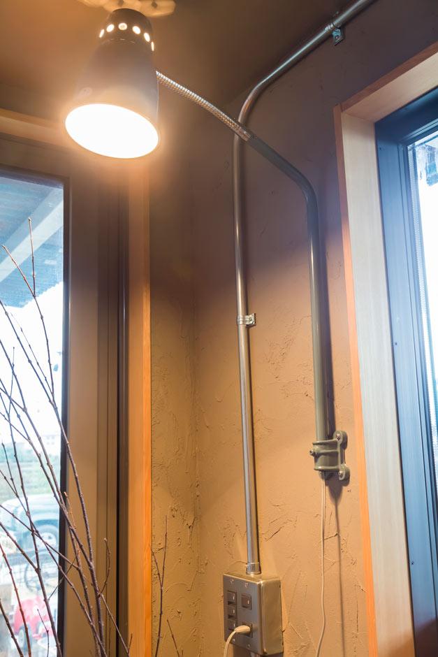 フォーバイシー【デザイン住宅、趣味、ガレージ】インダストリアルなライトから雰囲気のある光が灯る