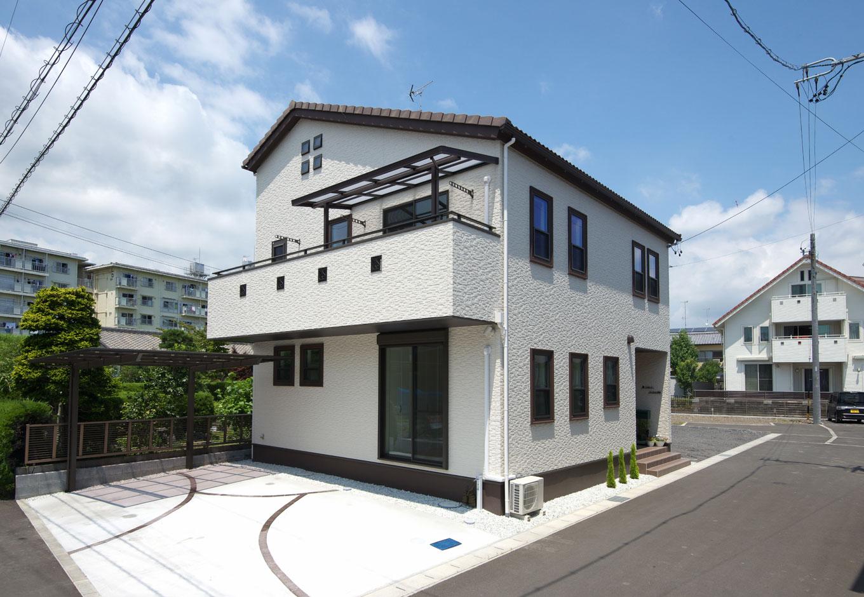 明和住宅【子育て、収納力、二世帯住宅】外観イメージはシルバニアファミリーのお家。サッシに幅広の窓枠を付けてアクセントにした