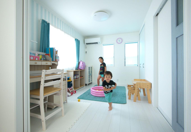 明和住宅【子育て、収納力、二世帯住宅】子ども部屋ストライプ模様のクロスは、長女が自分で選んだもの。引き戸を閉めれば独立した2部屋に